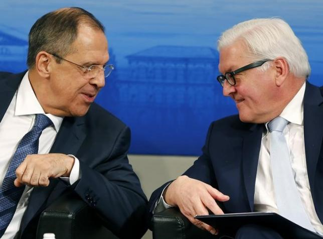 Russian Foreign Minister Sergei Lavrov (L) speaks to German Foreign Minister Frank-Walter Steinmeier at the Munich Security Conference in Munich, Germany, February 13, 2016. REUTERS/Michael Dalder