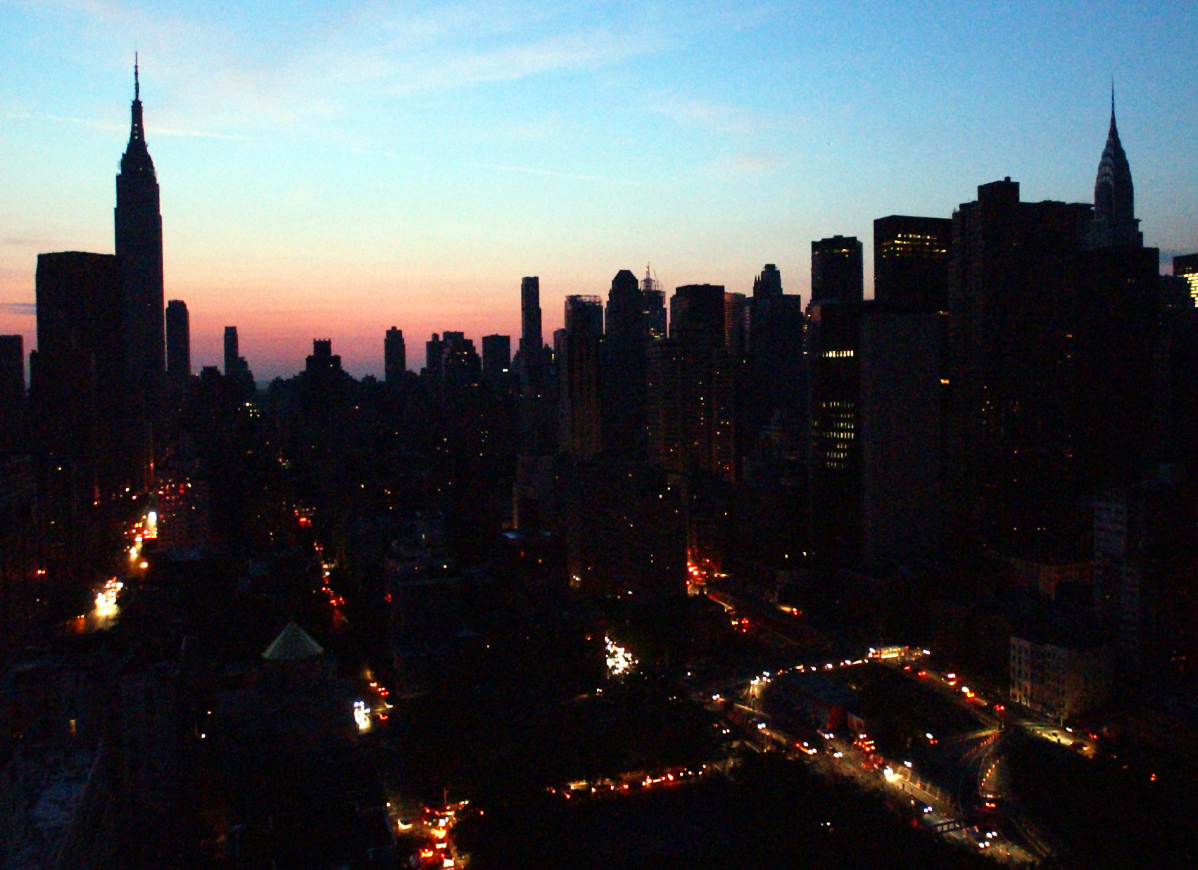 Manhattan awakens to darkness on August 15, 2003. A severe GMS could cause a much more severe and longer-lasting blackout than the one in 2003. Photo Credit: AP/Frank Franklin II, File)