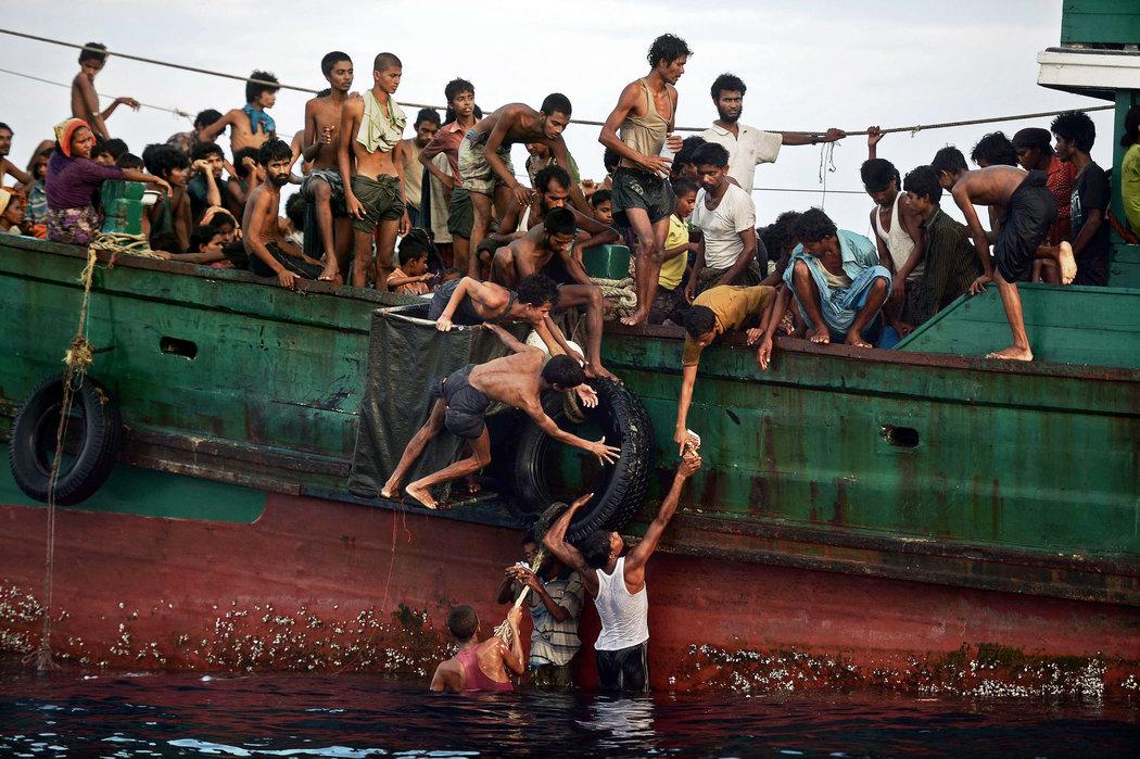 Rohingya Muslims flee Myanmar's Rakhine State