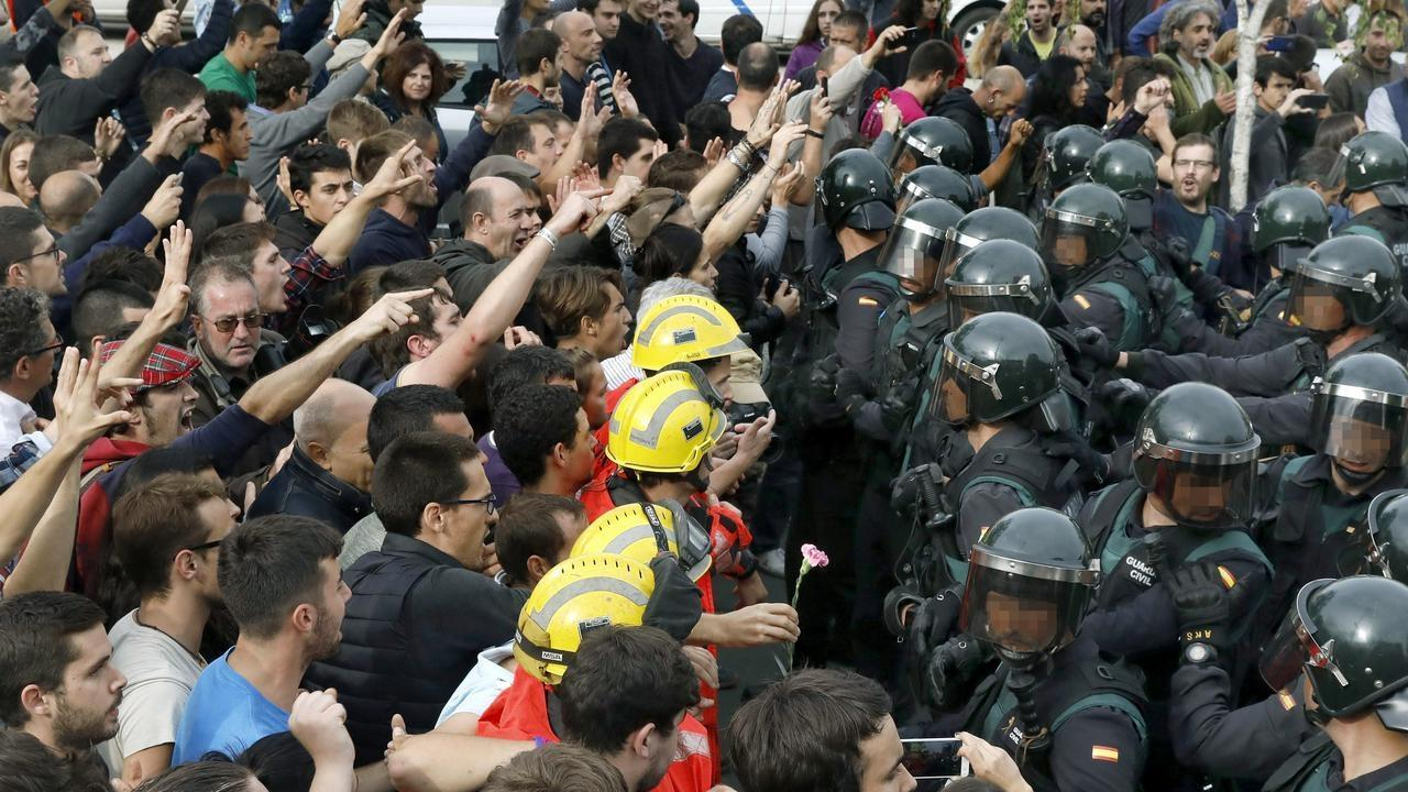 Catalans demostrate as riot police hold their ground